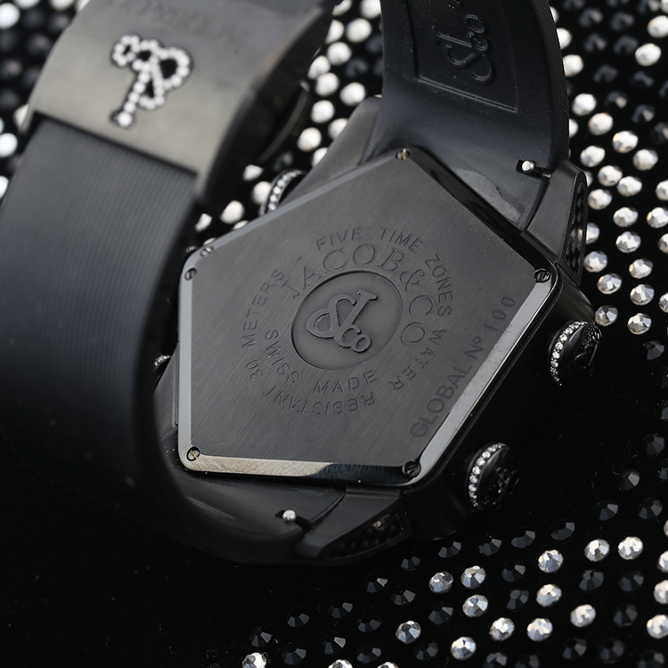 The black rubber strap set on the black case makes the watch look gentle and fascinating.