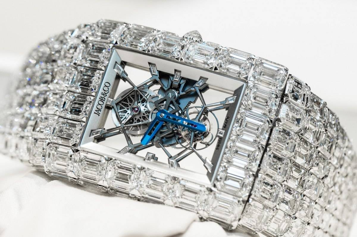 The blue hands are contrasting to he background, and through the transparent case back we can clearly enjoy the beauty of the movement.
