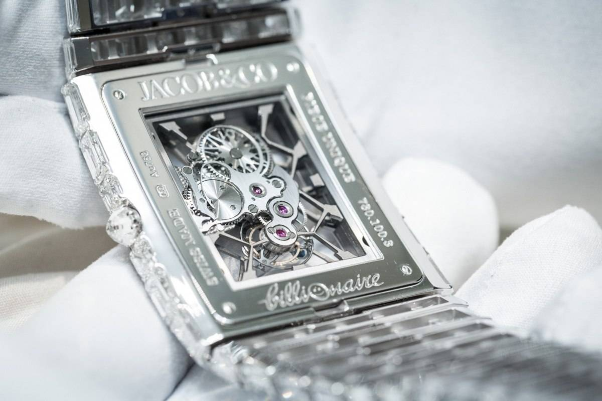 The diamonds set on the full bracelet and case will perfectly enhance the charm of the wearers.