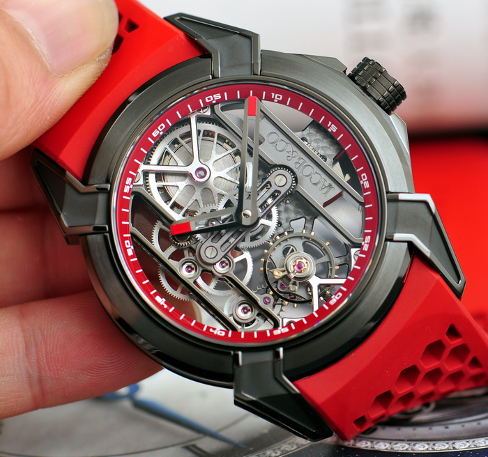 The red-black color matching is contrasted, sporting a distinctive look of modern style.