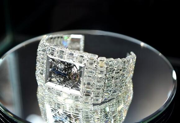 From the diamonds paved on the timepiece, we will know that it is very expensive.