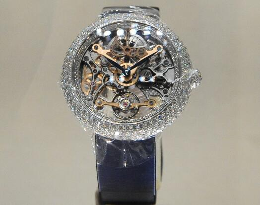 The diamonds on the case add the nobility and luxury to the model.